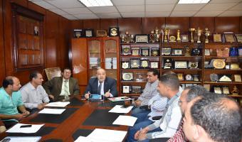 الدكتور عصام الدين متولي يجتمع بالإدارة العامة للطلاب بالجامعة
