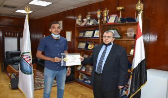 نائب رئيس الجامعة يُكرم المشاركين بالمؤتمر الشبابى بشرم الشيخ