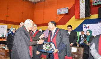 تكريم الدكتور أحمد بيومى رئيس جامعة مدينة السادات بإحتفالات جامعة المنوفية بعيدها السنوى الحادى والأربعين