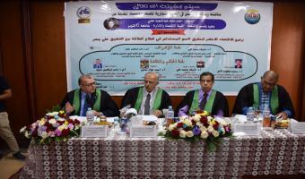 نائب رئيس الجامعة يناقش رسالة الماجستير الخاصة بالباحث أحمد سيد عبدالمجيد بكلية التجارة