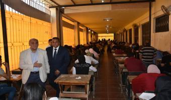 نائب رئيس الجامعة لشئون التعليم والطلاب يواصل متابعته لسير عملية الإمتحانات بكليات الجامعة